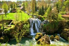 Bo bland vattenfallen Arkivbilder