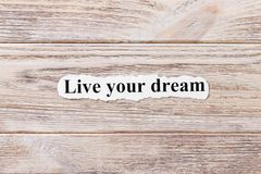 Bo din dröm av ordet på papper Begrepp Ord av levande din dröm på en träbakgrund Arkivfoton