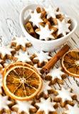 Boże Narodzenia glazurowali biel gwiazdowych ciastka z cynamonem Zdjęcia Royalty Free
