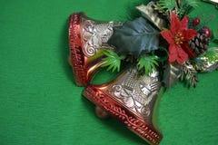 Boże Narodzenia kwiat i dzwony na zielonym tle Obraz Stock