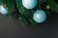 Bo?e Narodzenia lub nowy rok dekoracji t?o: drzewo rozga??zia si?, kolorowe szklane pi?ki na czarnym grunge tle Bo?enarodzeniowy  zdjęcia royalty free