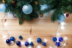 Bo?e Narodzenia lub nowy rok dekoracji t?o: drzewo rozga??zia si?, kolorowe szklane pi?ki na drewnianym tle bauble b??kitny bo?yc zdjęcia stock