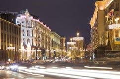 Boże Narodzenia, nowy rok wakacji iluminacja i ruch drogowy samochody w Moskwa centrum miasta Tverskaya ulicie blisko Kremlin Zdjęcie Stock