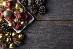 Boże Narodzenie ornamenty na Nieociosanym drewno stole Zdjęcie Royalty Free