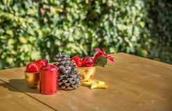 Boże Narodzenie ornamenty na stole Obrazy Royalty Free