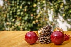 Boże Narodzenie ornamenty na stole Fotografia Royalty Free