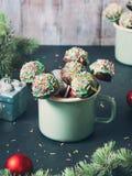 Boże Narodzenie tort strzela w zielonych kubkach Obrazy Stock