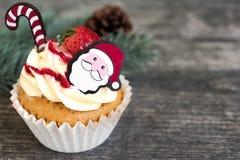 Bożenarodzeniowa babeczka z Santa Claus i jedlinowy drzewo Zdjęcie Royalty Free