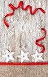 Bożenarodzeniowa dekoracja z srebnymi gwiazdami, faborkiem i burlap, Zdjęcie Stock