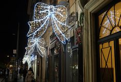 Bożenarodzeniowa iluminacja na ulicie w Rzym Obrazy Royalty Free