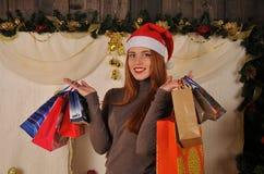Bożenarodzeniowa kobieta z prezenta pakunkiem Zdjęcia Stock