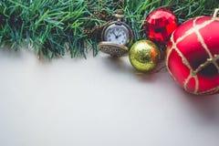 Bożenarodzeniowa Zielona trawa i Kieszeniowy zegarek na Pustej przestrzeni Stara papka Zdjęcia Royalty Free