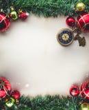 Bożenarodzeniowa Zielona trawa i Kieszeniowy zegarek na Pustej przestrzeni Stara papka Zdjęcie Royalty Free