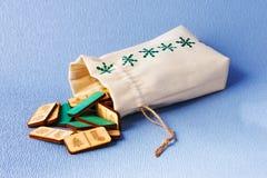 Bożenarodzeniowe dekoracje handmade Domina w tkankowym sac Obrazy Royalty Free