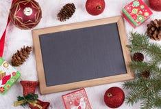 Bożenarodzeniowe dekoracje i Pusty Chalkboard Obraz Royalty Free