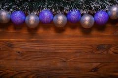 Bożenarodzeniowi baubles na drewnianym tle Obraz Stock