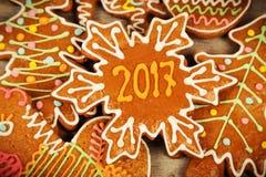 Bożenarodzeniowi ciastka dla 2017 na drewnianej powierzchni Fotografia Stock