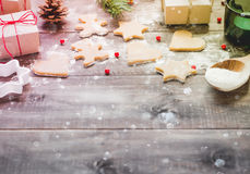 Bożenarodzeniowi ciastka i prezenty na drewnianym tle Obraz Stock