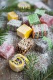 Bożenarodzeniowi cukierki na drewnianym tle dekorowali choinki Fotografia Stock