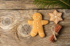 Bożenarodzeniowi domowej roboty piernikowi ciastka na drewnianym tle Fotografia Stock