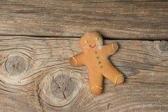 Bożenarodzeniowi domowej roboty piernikowi ciastka na drewnianym tle Obraz Royalty Free