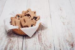 Bożenarodzeniowi imbirowi ciastka na drewnianym tle Zdjęcia Stock