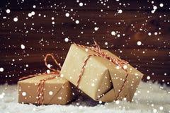 Bożenarodzeniowi prezenty z czerwonym faborkiem w snowing Zdjęcia Stock