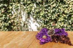 Bożenarodzeniowi wianki na drewnianym stole Zdjęcia Royalty Free
