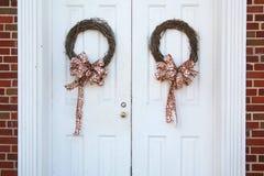 Bożenarodzeniowi wianki na drzwiach Zdjęcie Royalty Free