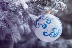 Bożenarodzeniowy dekoracji obwieszenie na ulicznym drzewie obraz royalty free