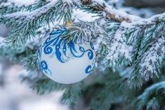 Bożenarodzeniowy dekoracji obwieszenie na ulicznym drzewie obrazy stock