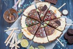 Bożenarodzeniowy deser Wapna tarta lody z czekoladowym glazerunkiem Obrazy Royalty Free