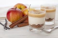 Bożenarodzeniowy deser z ciastkiem rozdrobni, applesauce, wanilia i c, Zdjęcie Royalty Free