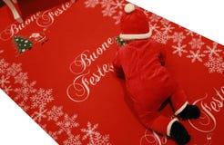 Bożenarodzeniowy dziecko na czerwonym chodniku Zdjęcia Royalty Free