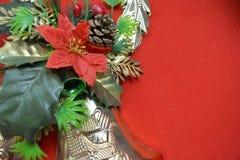Bożenarodzeniowy dzwon i kwiat na czerwonym tle Zdjęcia Royalty Free