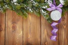 Bożenarodzeniowy jedlinowy drzewo i bauble z purpurowym faborkiem Obraz Stock