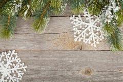Bożenarodzeniowy jedlinowy drzewo i wystrój na drewnianej deski tle Zdjęcia Royalty Free