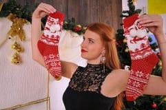 Bożenarodzeniowy kobieta portret z czerwonymi skarpetami Zdjęcie Royalty Free