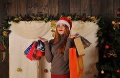 Bożenarodzeniowy kobieta portret z prezentów pakunkami Fotografia Royalty Free