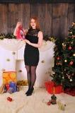 Bożenarodzeniowy kobieta portret z prezenta pakunkiem Fotografia Stock