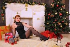 Bożenarodzeniowy kobieta portret z prezenta pakunkiem Fotografia Royalty Free