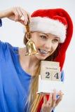 Bożenarodzeniowy kobiety mienia kalendarz i dzwon Obrazy Royalty Free