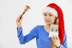 Bożenarodzeniowy kobiety mienia kalendarz i dzwon Fotografia Stock