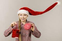 Bo?enarodzeniowy kobiety mienia torba na zakupy i m?zg zdjęcia stock