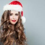 Bożenarodzeniowy kobiety mody model jest ubranym Santa kapelusz Obraz Royalty Free