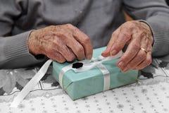 Bożenarodzeniowy prezent starsza kobieta Zdjęcia Royalty Free