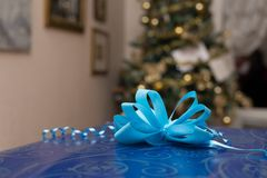 Bożenarodzeniowy prezent z drzewem w tle Fotografia Stock