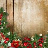 Bożenarodzeniowy wianek na grunge drewnianej teksturze z holly, firtree, vÃsc Obrazy Stock
