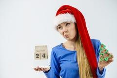 Bożenarodzeniowy zmieszany kobiety mienia kalendarz Fotografia Stock