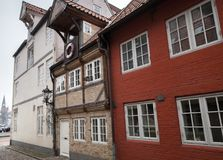 Bo hus i den gamla staden Flensburg, Tyskland fotografering för bildbyråer